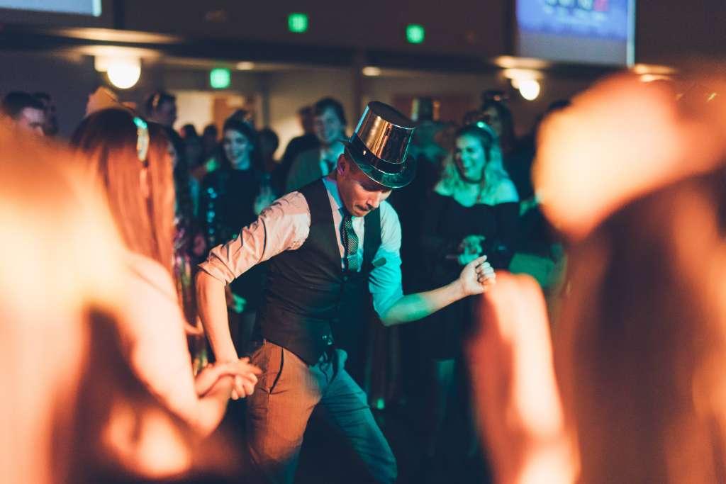 une homme avec un chapeau dans durant une soirée d entreprise organisé avec DJ LITTLE G