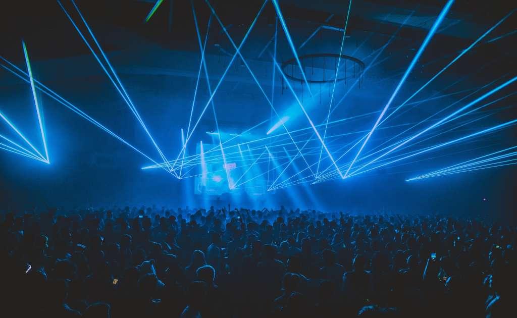 photo illustration salle de concert plein avec jeux de lumiere couleur bleu idem decoration salle reception mariage