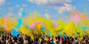 photo d un groupe de personnes célébrant le festival de la poudre de couleur en plein air avec DJ Little G powder festival outdoors